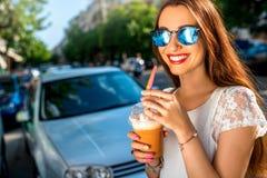Vrouw het lopen op de straat met haalt koffie weg Royalty-vrije Stock Foto