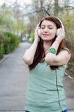Vrouw het luisteren muziek royalty-vrije stock afbeeldingen