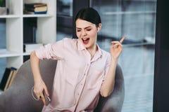 Vrouw het luisteren muziek in oortelefoons stock foto