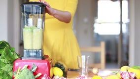 Vrouw het mengen ananas en avocado stock videobeelden