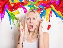 vrouw in het midden van kleurrijke plonsen stock fotografie