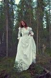 Vrouw het mystieke bos Royalty-vrije Stock Fotografie