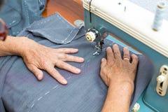 Vrouw het naaien Stock Foto's