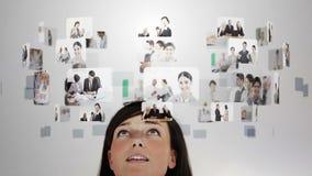 Vrouw het nadenken diverse bedrijfssituaties stock footage