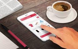 Vrouw het online winkelen met slimme telefoon op houten lijst royalty-vrije stock afbeeldingen