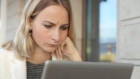 Vrouw het online winkelen via laptop in koffie stock footage