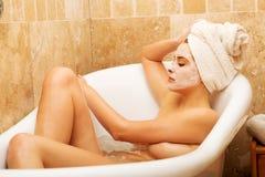 Vrouw het ontspannen in bad met gezichtsmasker Royalty-vrije Stock Afbeelding