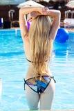 Vrouw het ontspannen bij de pool met cocktail stock afbeeldingen