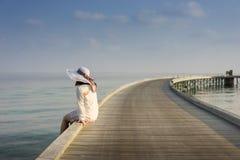 Vrouw het ontspannen bij het dok Stock Foto's