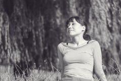 Vrouw het ontspannen bij het park Royalty-vrije Stock Fotografie