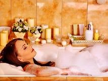 Vrouw het ontspannen bij schuimbad Stock Foto's