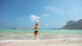 Vrouw het ontspannen bij zandig strand stock footage