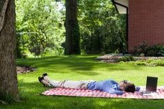 Vrouw het ontspannen buiten na het werk Stock Foto's