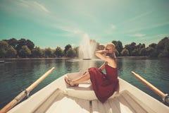 Vrouw het ontspannen in een het roeien boot op meer royalty-vrije stock afbeeldingen