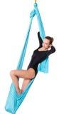 Vrouw het ontspannen in geïsoleerde hangmat Stock Foto
