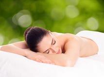 Vrouw het ontspannen in kuuroordsalon Stock Foto