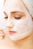 Vrouw het ontspannen met gezichtsmasker Royalty-vrije Stock Foto