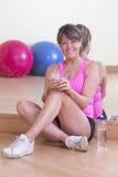 Vrouw het ontspannen na gymnastiektraining Royalty-vrije Stock Fotografie