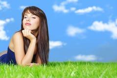 vrouw het ontspannen op het gras royalty-vrije stock afbeeldingen