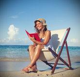 Vrouw het Ontspannen op het Strand Rustige Tropische Concept stock fotografie