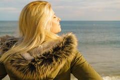 Vrouw het ontspannen op strand, koude dag stock foto