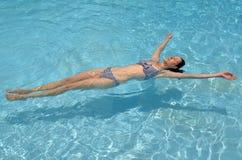Vrouw het ontspannen in pool stock afbeeldingen