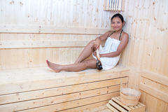 Vrouw het ontspannen in saunaruimte Stock Afbeelding