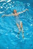 Vrouw het Ontspannen in Zwembadwater De vakantie van de de zomervakantie Stock Afbeeldingen
