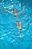 Vrouw het Ontspannen in Zwembadwater De vakantie van de de zomervakantie Royalty-vrije Stock Afbeelding
