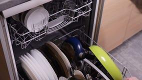 Vrouw het openen afwasmachine stock footage