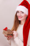 Vrouw het Openen Giftdoos De tijd van Kerstmis Royalty-vrije Stock Foto's