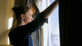 Vrouw het openen venstergordijnen royalty-vrije stock foto