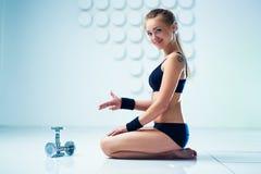 Vrouw het opheffen gewichten in een opleidingssessie Royalty-vrije Stock Foto