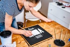 Vrouw het paining op canvas royalty-vrije stock foto
