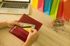 Vrouw het plukken creditcard in portefeuille voor online het winkelen royalty-vrije stock foto