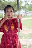 Vrouw het praktizeren boogschieten Royalty-vrije Stock Afbeeldingen