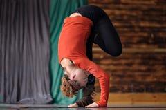 Vrouw het praktizeren de yoga, die zich in uttanasana bevinden stelt, door:sturen kromming royalty-vrije stock fotografie