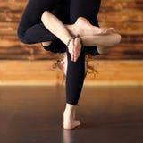Vrouw het praktizeren de yoga, die zich in uttanasana bevinden stelt, door:sturen kromming stock foto's