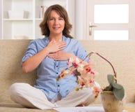 Vrouw het praktizeren energiegeneeskunde Stock Afbeelding