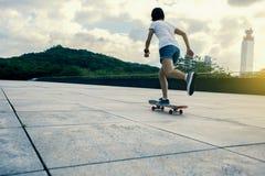 Vrouw het praktizeren met skateboard Royalty-vrije Stock Foto