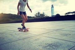 Vrouw het praktizeren met skateboard Stock Foto