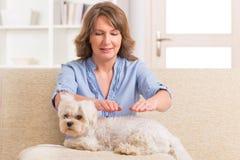 Vrouw het praktizeren reikitherapie stock foto's