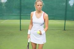 Vrouw het praktizeren tennis Stock Foto