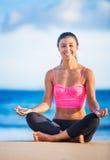 Vrouw het praktizeren yoga bij zonsondergang Royalty-vrije Stock Foto's