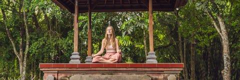 Vrouw het praktizeren yoga in de traditionele BANNER van balinessegazebo, lang formaat royalty-vrije stock foto