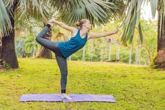 Vrouw het praktizeren yoga in een tropisch park stock fotografie