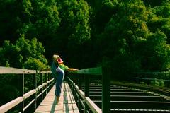 Vrouw het praktizeren yoga op een spoorbrug stock foto's