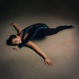 Vrouw het praktizeren yoga tegen een donkere texturized muur Stock Afbeeldingen