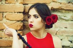 Vrouw het pruilen eendlippen met rode lippenstift stock foto