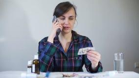 Vrouw het Raadplegen Pilleninformatie door de Telefoon stock footage
